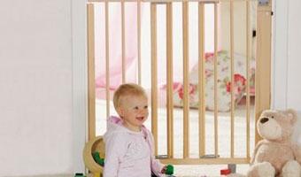 Bébé et barrière de sécurité