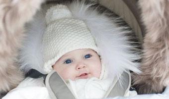 Bébé couvert dans poussette