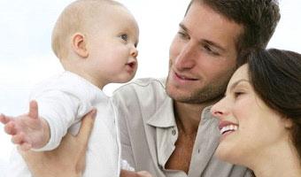 Bébé avec parrain et marraine