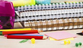 Cahiers et crayons de couleur