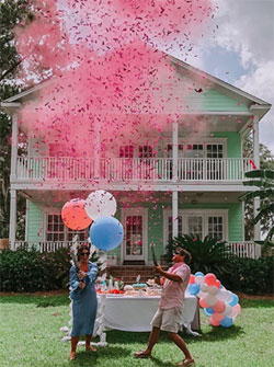 Couple devant maison avec ballons et confettis