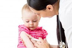 Doctoresse vaccine bébé