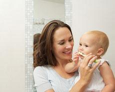 Maman brosse les dents de bébé