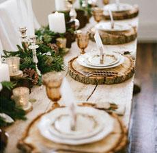 Table à manger en bois décorée pour Noël