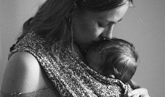 Le porte-bébé, l'accessoire de puériculture aux 1001 bienfaits