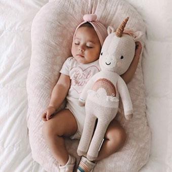 Bébé dort avec licorne